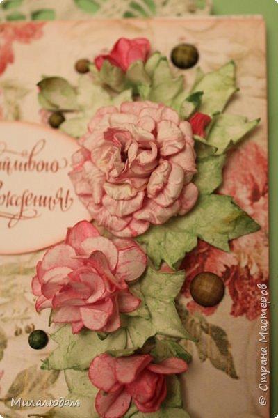 Всем здравствуйте!  Сегодня я с открыткой на день рождения. Хочу показать разницу ночных и дневных фото. Это ночные. Несвойственная для меня цветочная композиция водопадом. Но мне понравилось. фото 2