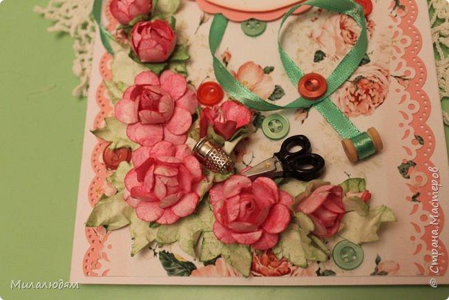 Всем здравствуйте. Открыточка для любительницы шить. Завтра подарю. Сидела швея шила спокойненько, а тут к ней гости с цветами, у нее работа из рук выпала и все рассыпалось на цветы. Вот теперь собери это все среди цветов! фото 2