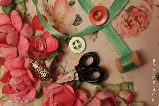 Всем здравствуйте. Открыточка для любительницы шить. Завтра подарю. Сидела швея шила спокойненько, а тут к ней гости с цветами, у нее работа из рук выпала и все рассыпалось на цветы. Вот теперь собери это все среди цветов! фото 3
