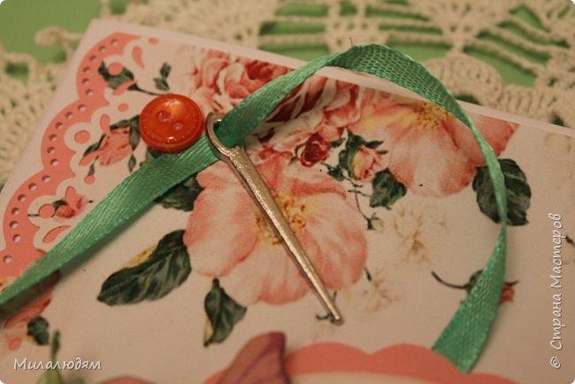 Всем здравствуйте. Открыточка для любительницы шить. Завтра подарю. Сидела швея шила спокойненько, а тут к ней гости с цветами, у нее работа из рук выпала и все рассыпалось на цветы. Вот теперь собери это все среди цветов! фото 5