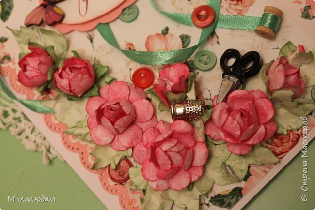 Всем здравствуйте. Открыточка для любительницы шить. Завтра подарю. Сидела швея шила спокойненько, а тут к ней гости с цветами, у нее работа из рук выпала и все рассыпалось на цветы. Вот теперь собери это все среди цветов! фото 6