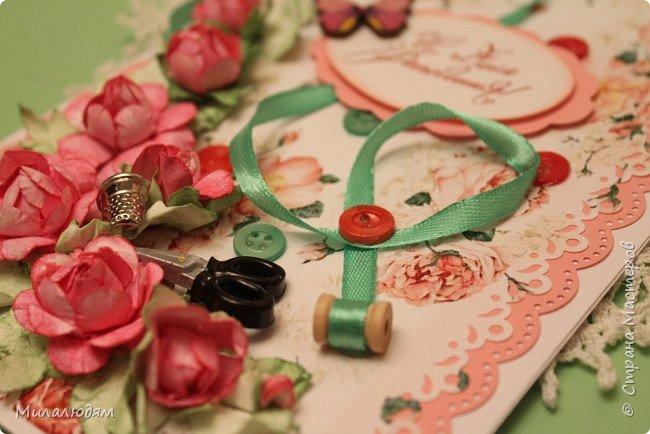 Всем здравствуйте. Открыточка для любительницы шить. Завтра подарю. Сидела швея шила спокойненько, а тут к ней гости с цветами, у нее работа из рук выпала и все рассыпалось на цветы. Вот теперь собери это все среди цветов! фото 7