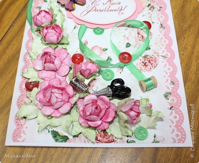 Всем здравствуйте. Открыточка для любительницы шить. Завтра подарю. Сидела швея шила спокойненько, а тут к ней гости с цветами, у нее работа из рук выпала и все рассыпалось на цветы. Вот теперь собери это все среди цветов! фото 11