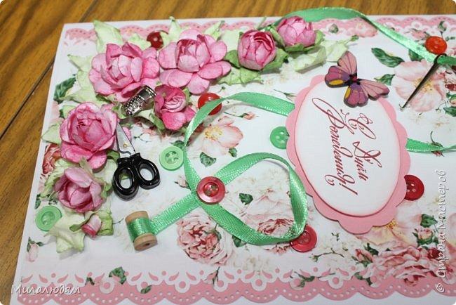 Всем здравствуйте. Открыточка для любительницы шить. Завтра подарю. Сидела швея шила спокойненько, а тут к ней гости с цветами, у нее работа из рук выпала и все рассыпалось на цветы. Вот теперь собери это все среди цветов! фото 12