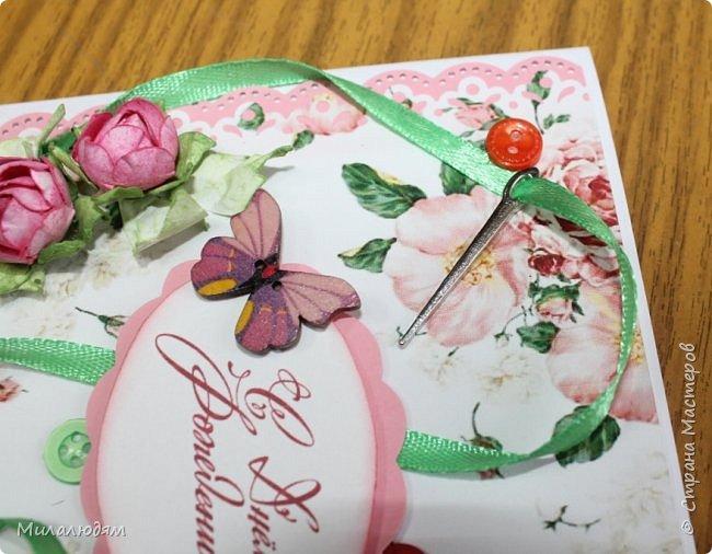Всем здравствуйте. Открыточка для любительницы шить. Завтра подарю. Сидела швея шила спокойненько, а тут к ней гости с цветами, у нее работа из рук выпала и все рассыпалось на цветы. Вот теперь собери это все среди цветов! фото 13