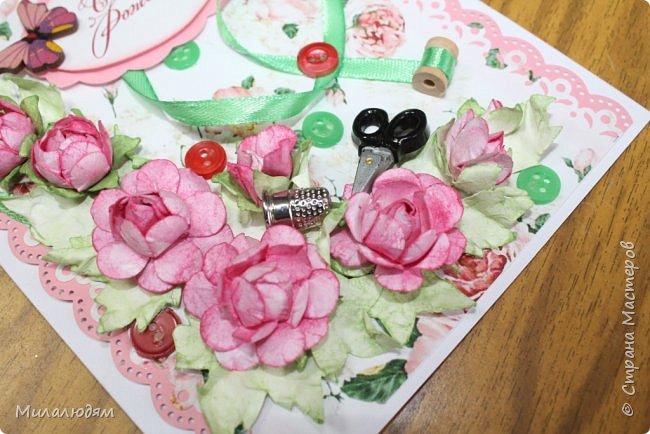Всем здравствуйте. Открыточка для любительницы шить. Завтра подарю. Сидела швея шила спокойненько, а тут к ней гости с цветами, у нее работа из рук выпала и все рассыпалось на цветы. Вот теперь собери это все среди цветов! фото 15