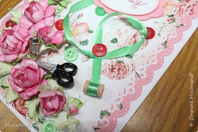 Всем здравствуйте. Открыточка для любительницы шить. Завтра подарю. Сидела швея шила спокойненько, а тут к ней гости с цветами, у нее работа из рук выпала и все рассыпалось на цветы. Вот теперь собери это все среди цветов! фото 16