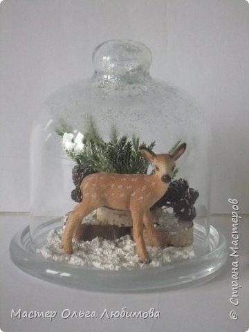 """Частенько в интернете мелькают фотографии новогодних и рождественских открыток с маленьким олененком. И так захотелось сделать праздничную композицию с этим лесным персонажем по мотивам этих открыток! В моей композиции собралось все самое необходимое: еловые ветки, слегка припорошенные снегом,спилы дерева, шишки ольхи, снег и конечно же главный герой - олененок. Такая новогодняя композиция украсит любой дом, будет замечательным дополнением к фотосессии, а еще это может быть и отличным рождественским подарком. Также такая композиция украсит и детскую комнату, да к тому же можно вместе с детишками сочинить рождественскую сказку. Вот и развитие творческого воображения ! И напоследок, хотелось бы поделиться словами известной песни """"Лесной олень"""": """"Осенью в дождливый серый день  Проскакал по городу Олень  Он бежал по гулкой мостовой  Рыжим лесом пущенной стрелой  Вернись Лесной Олень  По моему хотенью! Умчи меня Олень  В свою страну оленью  Где сосны рвутся в небо  Где быль живет и небыль  Умчи меня туда Лесной Олень  Он бежал, и сильные рога  Задевали тучи облака. И казалось будто бы над ним  Становилось небо голубым. Вернись Лесной Олень  По моему хотенью! Умчи меня Олень  В свою страну оленью  Где сосны рвутся в небо  Где быль живет и небыль  Умчи меня туда Лесной Олень  Говорят чудес на свете нет  И дождями смыт Оленя след  Только знаю он ко мне придет! Если верить -сказка оживет! Вернись Лесной Олень  По моему хотенью! Умчи меня Олень  В свою страну оленью  Где сосны рвутся в небо  Где быль живет и небыль  Умчи меня туда Лесной Олень  Вернись Лесной Олень  По моему хотенью! Умчи меня Олень  В свою страну оленью  Где сосны рвутся в небо  Где быль живет и небыль  Умчи меня туда Лесной Олень  Умчи меня туда Лесной Олень  Умчи меня туда Лесной Олень"""" (слова: Энтин Ю.)  фото 1"""