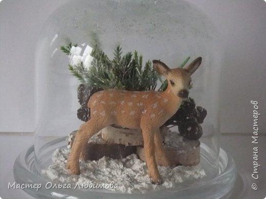 """Частенько в интернете мелькают фотографии новогодних и рождественских открыток с маленьким олененком. И так захотелось сделать праздничную композицию с этим лесным персонажем по мотивам этих открыток! В моей композиции собралось все самое необходимое: еловые ветки, слегка припорошенные снегом,спилы дерева, шишки ольхи, снег и конечно же главный герой - олененок. Такая новогодняя композиция украсит любой дом, будет замечательным дополнением к фотосессии, а еще это может быть и отличным рождественским подарком. Также такая композиция украсит и детскую комнату, да к тому же можно вместе с детишками сочинить рождественскую сказку. Вот и развитие творческого воображения ! И напоследок, хотелось бы поделиться словами известной песни """"Лесной олень"""": """"Осенью в дождливый серый день  Проскакал по городу Олень  Он бежал по гулкой мостовой  Рыжим лесом пущенной стрелой  Вернись Лесной Олень  По моему хотенью! Умчи меня Олень  В свою страну оленью  Где сосны рвутся в небо  Где быль живет и небыль  Умчи меня туда Лесной Олень  Он бежал, и сильные рога  Задевали тучи облака. И казалось будто бы над ним  Становилось небо голубым. Вернись Лесной Олень  По моему хотенью! Умчи меня Олень  В свою страну оленью  Где сосны рвутся в небо  Где быль живет и небыль  Умчи меня туда Лесной Олень  Говорят чудес на свете нет  И дождями смыт Оленя след  Только знаю он ко мне придет! Если верить -сказка оживет! Вернись Лесной Олень  По моему хотенью! Умчи меня Олень  В свою страну оленью  Где сосны рвутся в небо  Где быль живет и небыль  Умчи меня туда Лесной Олень  Вернись Лесной Олень  По моему хотенью! Умчи меня Олень  В свою страну оленью  Где сосны рвутся в небо  Где быль живет и небыль  Умчи меня туда Лесной Олень  Умчи меня туда Лесной Олень  Умчи меня туда Лесной Олень"""" (слова: Энтин Ю.)  фото 2"""