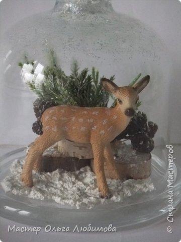 """Частенько в интернете мелькают фотографии новогодних и рождественских открыток с маленьким олененком. И так захотелось сделать праздничную композицию с этим лесным персонажем по мотивам этих открыток! В моей композиции собралось все самое необходимое: еловые ветки, слегка припорошенные снегом,спилы дерева, шишки ольхи, снег и конечно же главный герой - олененок. Такая новогодняя композиция украсит любой дом, будет замечательным дополнением к фотосессии, а еще это может быть и отличным рождественским подарком. Также такая композиция украсит и детскую комнату, да к тому же можно вместе с детишками сочинить рождественскую сказку. Вот и развитие творческого воображения ! И напоследок, хотелось бы поделиться словами известной песни """"Лесной олень"""": """"Осенью в дождливый серый день  Проскакал по городу Олень  Он бежал по гулкой мостовой  Рыжим лесом пущенной стрелой  Вернись Лесной Олень  По моему хотенью! Умчи меня Олень  В свою страну оленью  Где сосны рвутся в небо  Где быль живет и небыль  Умчи меня туда Лесной Олень  Он бежал, и сильные рога  Задевали тучи облака. И казалось будто бы над ним  Становилось небо голубым. Вернись Лесной Олень  По моему хотенью! Умчи меня Олень  В свою страну оленью  Где сосны рвутся в небо  Где быль живет и небыль  Умчи меня туда Лесной Олень  Говорят чудес на свете нет  И дождями смыт Оленя след  Только знаю он ко мне придет! Если верить -сказка оживет! Вернись Лесной Олень  По моему хотенью! Умчи меня Олень  В свою страну оленью  Где сосны рвутся в небо  Где быль живет и небыль  Умчи меня туда Лесной Олень  Вернись Лесной Олень  По моему хотенью! Умчи меня Олень  В свою страну оленью  Где сосны рвутся в небо  Где быль живет и небыль  Умчи меня туда Лесной Олень  Умчи меня туда Лесной Олень  Умчи меня туда Лесной Олень"""" (слова: Энтин Ю.)  фото 3"""