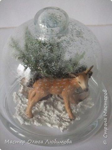 """Частенько в интернете мелькают фотографии новогодних и рождественских открыток с маленьким олененком. И так захотелось сделать праздничную композицию с этим лесным персонажем по мотивам этих открыток! В моей композиции собралось все самое необходимое: еловые ветки, слегка припорошенные снегом,спилы дерева, шишки ольхи, снег и конечно же главный герой - олененок. Такая новогодняя композиция украсит любой дом, будет замечательным дополнением к фотосессии, а еще это может быть и отличным рождественским подарком. Также такая композиция украсит и детскую комнату, да к тому же можно вместе с детишками сочинить рождественскую сказку. Вот и развитие творческого воображения ! И напоследок, хотелось бы поделиться словами известной песни """"Лесной олень"""": """"Осенью в дождливый серый день  Проскакал по городу Олень  Он бежал по гулкой мостовой  Рыжим лесом пущенной стрелой  Вернись Лесной Олень  По моему хотенью! Умчи меня Олень  В свою страну оленью  Где сосны рвутся в небо  Где быль живет и небыль  Умчи меня туда Лесной Олень  Он бежал, и сильные рога  Задевали тучи облака. И казалось будто бы над ним  Становилось небо голубым. Вернись Лесной Олень  По моему хотенью! Умчи меня Олень  В свою страну оленью  Где сосны рвутся в небо  Где быль живет и небыль  Умчи меня туда Лесной Олень  Говорят чудес на свете нет  И дождями смыт Оленя след  Только знаю он ко мне придет! Если верить -сказка оживет! Вернись Лесной Олень  По моему хотенью! Умчи меня Олень  В свою страну оленью  Где сосны рвутся в небо  Где быль живет и небыль  Умчи меня туда Лесной Олень  Вернись Лесной Олень  По моему хотенью! Умчи меня Олень  В свою страну оленью  Где сосны рвутся в небо  Где быль живет и небыль  Умчи меня туда Лесной Олень  Умчи меня туда Лесной Олень  Умчи меня туда Лесной Олень"""" (слова: Энтин Ю.)  фото 5"""