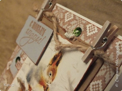 Добрый день жители СМ. Сегодня я к Вам с открыткой. Сделала ее из бумаги ScrapBerry`s A Taste of Winter collection, в которую просто влюбилась. Вчера получила посылку с прищепками и решила сразу же их применить. Что получилось посмотрите.  фото 3