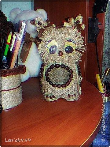 Доброго времени суток! Этот совенок из обычной кофейной банки. Баночка полностью функционирует. Головка совы (крышка) откручивается и закручивается, как у обычной банки. Можно хранить в ней кофе. Или что-то еще. В прозрачном брюшке будет интересно смотреться :) фото 1
