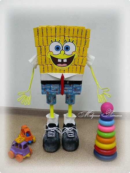 """Здравствуйте! Сегодня вашему вниманию хочу представить Губку Боба - квадратные штаны. Делался в подарок пятилетнему мальчишке буквально на одном дыхании. В нем около 3,5 кг сладостей и ростом он выше 50 см. Использовала конфеты двух цветов: желтые - """"Конфета на сливках"""", синие - """"Молочная конфета с кунжутом"""". фото 1"""