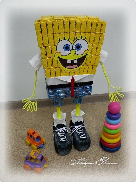 """Здравствуйте! Сегодня вашему вниманию хочу представить Губку Боба - квадратные штаны. Делался в подарок пятилетнему мальчишке буквально на одном дыхании. В нем около 3,5 кг сладостей и ростом он выше 50 см. Использовала конфеты двух цветов: желтые - """"Конфета на сливках"""", синие - """"Молочная конфета с кунжутом"""". фото 2"""