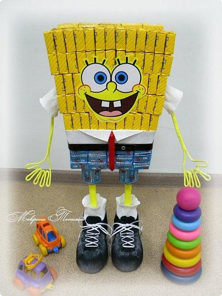 """Здравствуйте! Сегодня вашему вниманию хочу представить Губку Боба - квадратные штаны. Делался в подарок пятилетнему мальчишке буквально на одном дыхании. В нем около 3,5 кг сладостей и ростом он выше 50 см. Использовала конфеты двух цветов: желтые - """"Конфета на сливках"""", синие - """"Молочная конфета с кунжутом"""". фото 3"""
