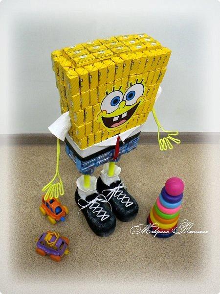 """Здравствуйте! Сегодня вашему вниманию хочу представить Губку Боба - квадратные штаны. Делался в подарок пятилетнему мальчишке буквально на одном дыхании. В нем около 3,5 кг сладостей и ростом он выше 50 см. Использовала конфеты двух цветов: желтые - """"Конфета на сливках"""", синие - """"Молочная конфета с кунжутом"""". фото 4"""