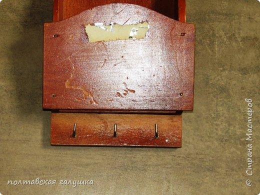 Вот так теперь оборудована моя тумба в прихожей.Попросила мужа сделать мне тройник прямо на тумбе,чтобы мои электрические штучки подключались на месте. Фен и плойка раньше лежали на тумбе, вечно спутавшись между собой проводами.....За пол часа я решила этот вопрос-обклеила остатками пленки кусок  толстой пластиковой трубы(нашла у мужа) и   картонной трубы меньшего диаметра, приклеила эти импровизированные подставки прямо на тумбу жидкими гвоздями.  фото 6