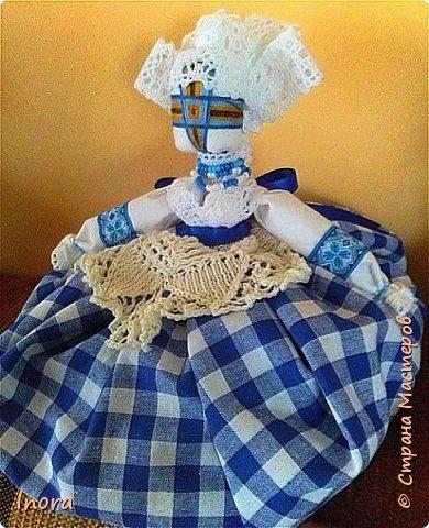 И ещё одна мотанка. Вернее, сделала две одинаковые (с небольшим различием в одежде). Сделаны они для подруг в подарок на день рождения. Такая вот славянская мотанка в традиционной баварской расцветке. )) Юбочка-мешочек с травами и лавандой.