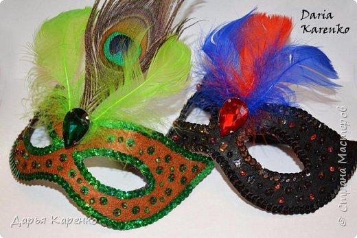 Здравствуйте! В этом видео я покажу вам как сделать яркие, блестящие маскарадные маски своими руками. Отличное украшение к новому году! Такие маски очень легко изготовить. В качестве основы я использовала фетр, а украшала маску пайетками, бусинами, перьями и кристаллом.  Благодарю вас за интерес! фото 1