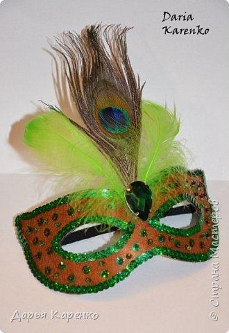 Здравствуйте! В этом видео я покажу вам как сделать яркие, блестящие маскарадные маски своими руками. Отличное украшение к новому году! Такие маски очень легко изготовить. В качестве основы я использовала фетр, а украшала маску пайетками, бусинами, перьями и кристаллом.  Благодарю вас за интерес! фото 2