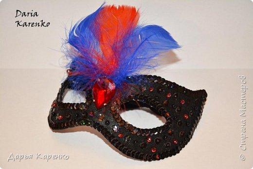 Здравствуйте! В этом видео я покажу вам как сделать яркие, блестящие маскарадные маски своими руками. Отличное украшение к новому году! Такие маски очень легко изготовить. В качестве основы я использовала фетр, а украшала маску пайетками, бусинами, перьями и кристаллом.  Благодарю вас за интерес! фото 3