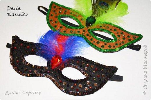 Здравствуйте! В этом видео я покажу вам как сделать яркие, блестящие маскарадные маски своими руками. Отличное украшение к новому году! Такие маски очень легко изготовить. В качестве основы я использовала фетр, а украшала маску пайетками, бусинами, перьями и кристаллом.  Благодарю вас за интерес! фото 4