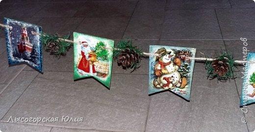 Всем здравствуйте! Люблю я рассматривать старые новогодние открытки,( в детстве я их собирала, но к сожалению ничего не сохранила, теперь только в интернете можно увидеть)  и решила сделать из них флажки. Наконец-то закончила свою новогоднюю работу , которую начала еще в феврале.  фото 6