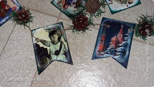 Всем здравствуйте! Люблю я рассматривать старые новогодние открытки,( в детстве я их собирала, но к сожалению ничего не сохранила, теперь только в интернете можно увидеть)  и решила сделать из них флажки. Наконец-то закончила свою новогоднюю работу , которую начала еще в феврале.  фото 7