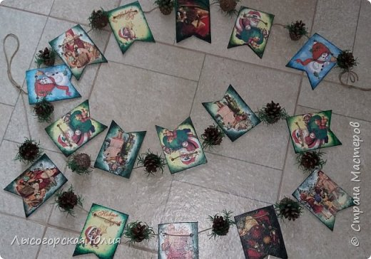 Всем здравствуйте! Люблю я рассматривать старые новогодние открытки,( в детстве я их собирала, но к сожалению ничего не сохранила, теперь только в интернете можно увидеть)  и решила сделать из них флажки. Наконец-то закончила свою новогоднюю работу , которую начала еще в феврале.  фото 10