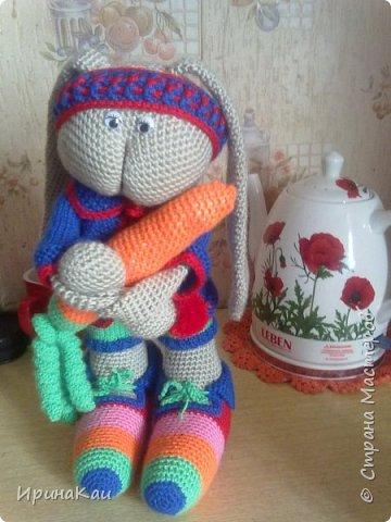 Внучек попросил Зайку с морковкой на день рождения. Долго рылась в интернете, ничего не нашла, чтобы полностью меня устраивало. В итоге образ собирательный. Ноги от одного мастера, голова от другого, ушки еще от третьего. Ну морковка моя! и костюм от меня! фото 1