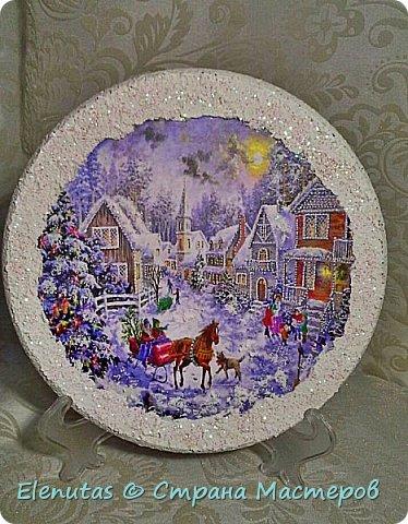 Доброй ночи,Страна!!! Совсем скоро мы будем праздновать любимый праздник. Новый год. Я люблю готовить подарки заранее. Вот и сейчас хочу предложить вашему вниманию несколько панно.  Первое панно сделано на панно из магазина фикс прайс.Покрыла основание краской,наклеила распечатку, сверху на дома,деревья и по краю нанесла состав, имитирующий снег и все покрыла лаком с блестками. На основание подвеса прикрепила бантик, который сделан из ленты из магазина фикс прайс. фото 5