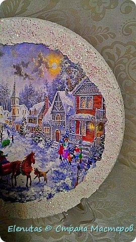 Доброй ночи,Страна!!! Совсем скоро мы будем праздновать любимый праздник. Новый год. Я люблю готовить подарки заранее. Вот и сейчас хочу предложить вашему вниманию несколько панно.  Первое панно сделано на панно из магазина фикс прайс.Покрыла основание краской,наклеила распечатку, сверху на дома,деревья и по краю нанесла состав, имитирующий снег и все покрыла лаком с блестками. На основание подвеса прикрепила бантик, который сделан из ленты из магазина фикс прайс. фото 6