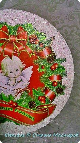 Доброй ночи,Страна!!! Совсем скоро мы будем праздновать любимый праздник. Новый год. Я люблю готовить подарки заранее. Вот и сейчас хочу предложить вашему вниманию несколько панно.  Первое панно сделано на панно из магазина фикс прайс.Покрыла основание краской,наклеила распечатку, сверху на дома,деревья и по краю нанесла состав, имитирующий снег и все покрыла лаком с блестками. На основание подвеса прикрепила бантик, который сделан из ленты из магазина фикс прайс. фото 4