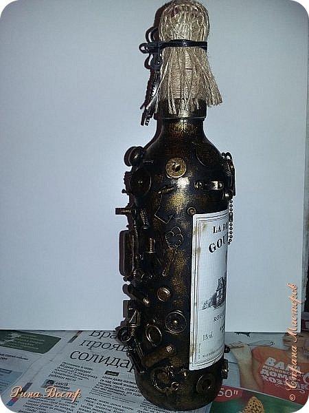 Здравствуйте, Мастера и Мастерицы!  Хочется поделиться с Вами новыми бутылочками. Создавались одновременно. Одна - для себя, как графин (справа), другая в подарок другу на день рождения. Вдохновением послужили работы Елены (Пустячок) http://stranamasterov.ru/node/696740?c=favorite и многих других авторов. Спасибо Вам всем!  Вот что получилось. Хочется узнать мнение Мастеров о работе. Готова к любой критике. фото 6