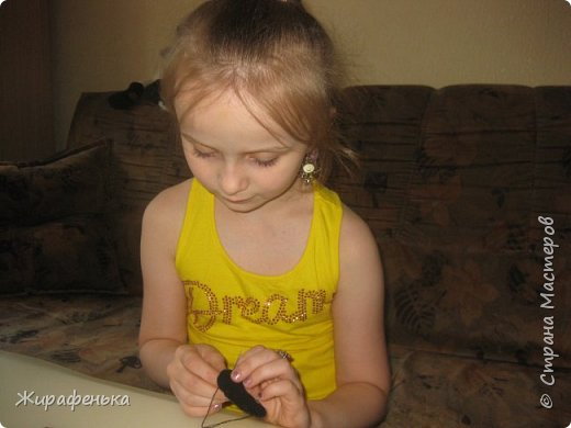 """Этого милого котёнка сшила моя соседка Вероника 8лет, с моей небольшой помощью.На выставке я купила набор для творчества: игрушки из фетра-Котёнок """"Удача"""",производитель лоскутный кенгуру-интернет магазин Хомячок.И появился вот такой озорной маленький друг. фото 5"""