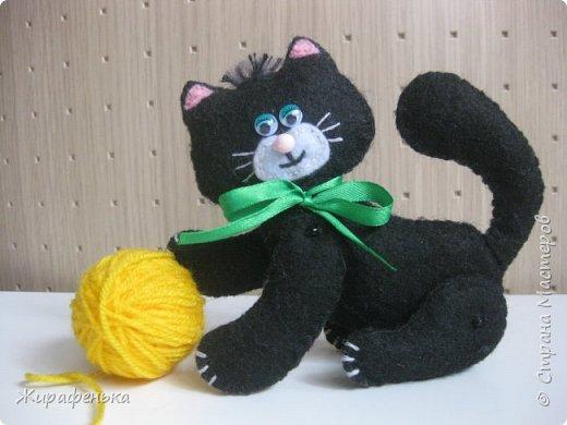 """Этого милого котёнка сшила моя соседка Вероника 8лет, с моей небольшой помощью.На выставке я купила набор для творчества: игрушки из фетра-Котёнок """"Удача"""",производитель лоскутный кенгуру-интернет магазин Хомячок.И появился вот такой озорной маленький друг. фото 1"""