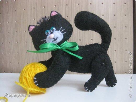 """Этого милого котёнка сшила моя соседка Вероника 8лет, с моей небольшой помощью.На выставке я купила набор для творчества: игрушки из фетра-Котёнок """"Удача"""",производитель лоскутный кенгуру-интернет магазин Хомячок.И появился вот такой озорной маленький друг. фото 3"""