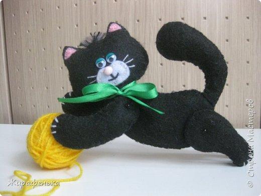 """Этого милого котёнка сшила моя соседка Вероника 8лет, с моей небольшой помощью.На выставке я купила набор для творчества: игрушки из фетра-Котёнок """"Удача"""",производитель лоскутный кенгуру-интернет магазин Хомячок.И появился вот такой озорной маленький друг. фото 4"""