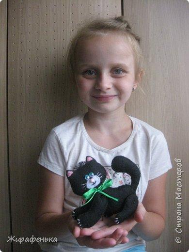 """Этого милого котёнка сшила моя соседка Вероника 8лет, с моей небольшой помощью.На выставке я купила набор для творчества: игрушки из фетра-Котёнок """"Удача"""",производитель лоскутный кенгуру-интернет магазин Хомячок.И появился вот такой озорной маленький друг. фото 6"""