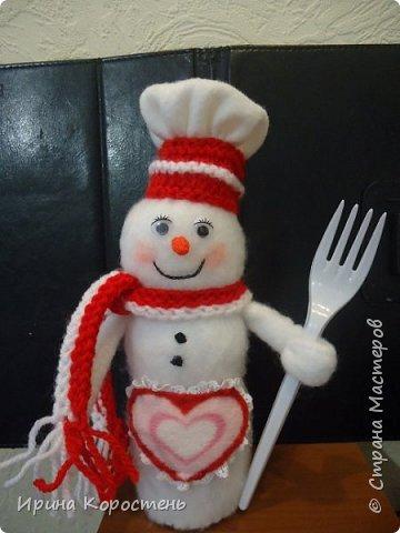 Снеговик Шеф повариха!!! Сделана из бутылки от йогурта. Обшита тканью. Фартук - сердечко съёмный как положено, на завязочках! Носики - морковки сделаны из поролона, обрезала аккуратно до состояния конуса и покрывала оранжевым лаком для ногтей. фото 1