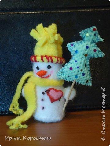 Снеговик Шеф повариха!!! Сделана из бутылки от йогурта. Обшита тканью. Фартук - сердечко съёмный как положено, на завязочках! Носики - морковки сделаны из поролона, обрезала аккуратно до состояния конуса и покрывала оранжевым лаком для ногтей. фото 2