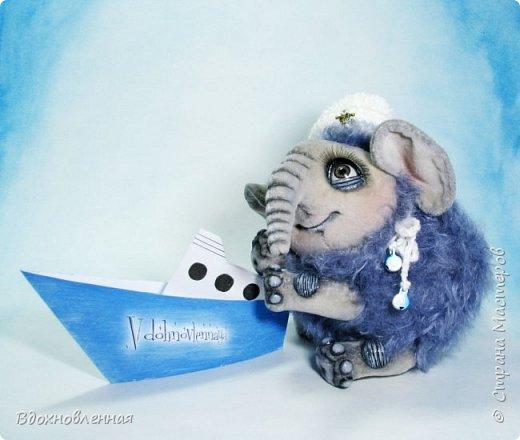 Отважный морячок Кристофорчик мечтает отправиться в кругосветное плавание на настоящем корабле. Но он еще совсем маленький и команда корабля не может взять его на борт в виде моряка, и по этому он построил катерок из бумаги и ... мечтает ребенок... Глазенки, словно, живые, красивого серо-зеленого цвета. Взгляд, как у маленького любознательного ребеночка)) Глазки акриловые, специальные, для кукол. Мамонтенок Кристофорчик полностью сшитый вручную из мохера, который сделан из теплой овечьей шерсти и ткани ministof. Пальчики на ножках, пяточки, коленочки и веки на глазках сделаны из натуральной кожи по авторской технологии   фото 2