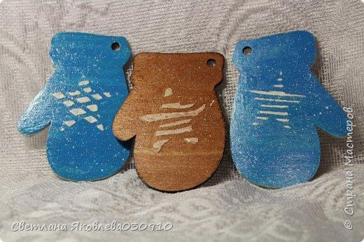 Всем Здравтвуйте! Меня пригласили на ярмарку)) Ура))) Завтра пойду))) А это мои плоды сделанные за 2 недели)))  Подвески на елку: деревянная заготовка, распечатка, акриловые краски, лак, имитация снега (манка, акриловая краска) и глитеры.   фото 15
