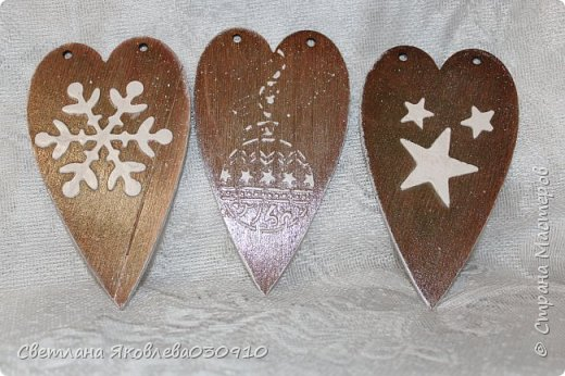 Всем Здравтвуйте! Меня пригласили на ярмарку)) Ура))) Завтра пойду))) А это мои плоды сделанные за 2 недели)))  Подвески на елку: деревянная заготовка, распечатка, акриловые краски, лак, имитация снега (манка, акриловая краска) и глитеры.   фото 2