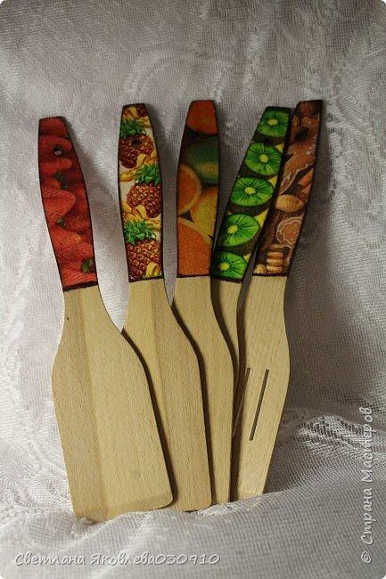 Всем Здравтвуйте! Меня пригласили на ярмарку)) Ура))) Завтра пойду))) А это мои плоды сделанные за 2 недели)))  Подвески на елку: деревянная заготовка, распечатка, акриловые краски, лак, имитация снега (манка, акриловая краска) и глитеры.   фото 34