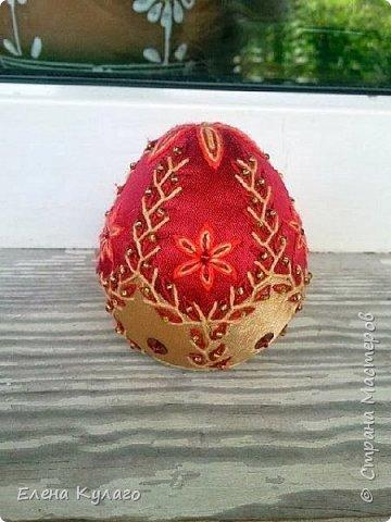 Яйца сшиты полностью вручную из креп-атласа , наполнитель - файбертек. Ручная вышивка, бисер, пайетки. фото 13