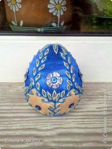 Яйца сшиты полностью вручную из креп-атласа , наполнитель - файбертек. Ручная вышивка, бисер, пайетки. фото 14