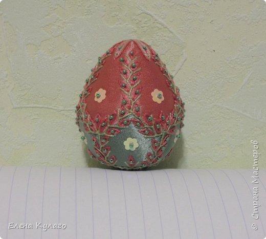 Яйца сшиты полностью вручную из креп-атласа , наполнитель - файбертек. Ручная вышивка, бисер, пайетки. фото 5