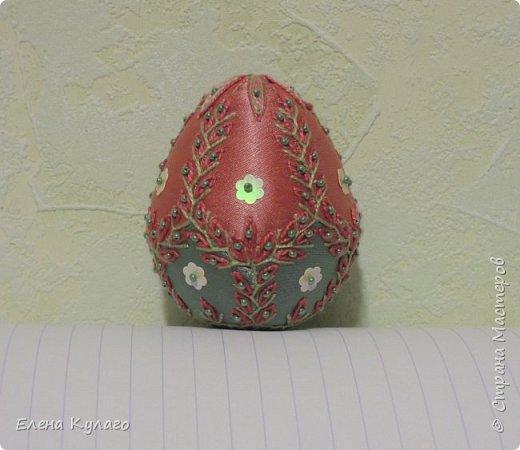 Яйца сшиты полностью вручную из креп-атласа , наполнитель - файбертек. Ручная вышивка, бисер, пайетки. фото 6